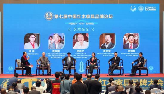 东成红木董事长张锡复(右一)作为论坛嘉宾出席中国红木G10领袖峰会暨第七届中国红木家具品牌论坛
