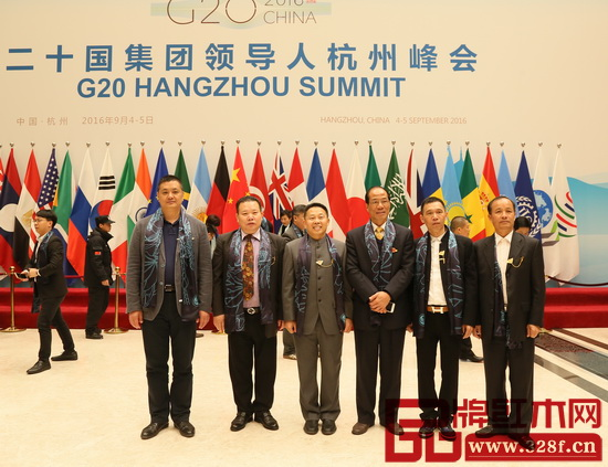 志成红木董事长李正伦(左一)与中山市政协副主席马志刚(中)、中山市政协调研员冼福全(右一)等领导在杭州G20峰会举办地合影留念