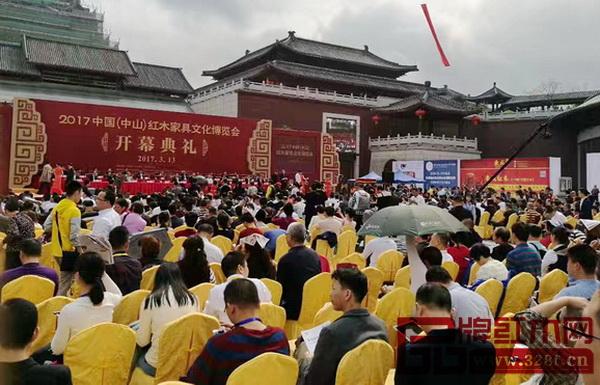 首届中国新中式红木家具大会组委会举办的2017中山红博会人气火爆