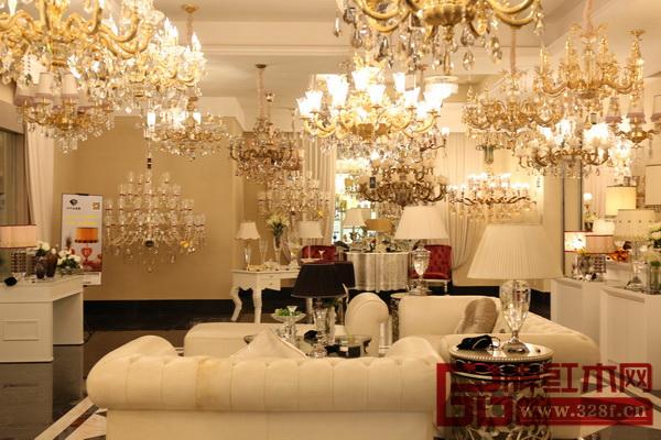名家居世博园开业的同时,启动了国内最大的单体软装饰品中心――B1软装饰品馆