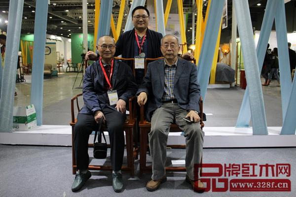 中国高等教育家具设计专业创始人胡景初(前排左)、中国红木家具技术专家曹新民(前排右)与东北林业大学中国古家具研究中心主任牛晓霆在其展位上合影留影