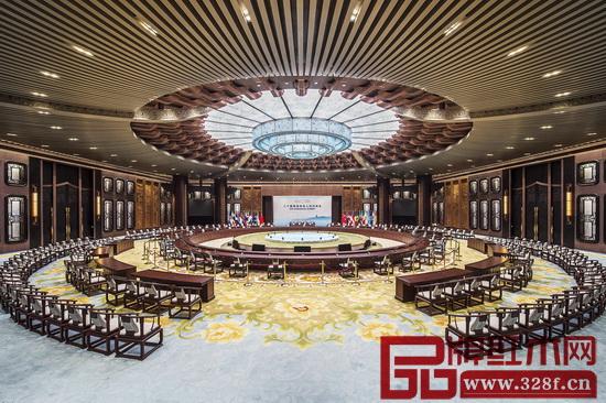 2016年G20峰会,最让人津津乐道的就是主会场上的大型红木圆桌,以及各国元首和部长坐的红木圈椅