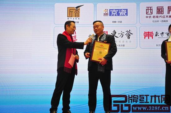 在第七届中国红木家具品牌大会颁奖典礼上,地天泰董事长许贵禄接受中央电视台著名主持人赵保乐现场采访