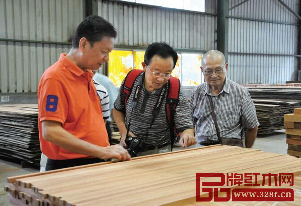 全联艺术红木家具专委会专家顾问胡景初、曹新民、李凯夫实地走访国寿红木工厂,探讨如何从产品以及工艺,进一步提升新明式红木家具的品质