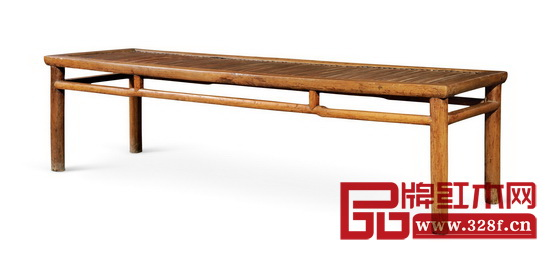 春凳是可供两人坐用的一种凳子,古时民间用来作为出嫁女儿时,上置被褥,贴喜花,请人抬着送进夫家的嫁妆家具