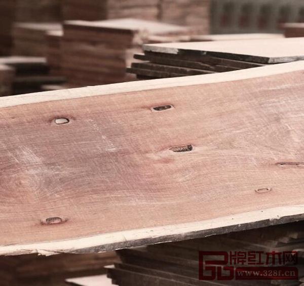 """国寿红木开料坚持无虫眼、无白边、无补丁的""""三无标准"""",像图优游注册平台虫洞的木板是直接不能使用的"""