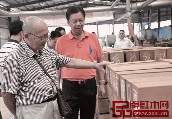 中国高等家具设计专业创始人、中南林业科技大学博士生导师胡景初走访国寿红木工厂
