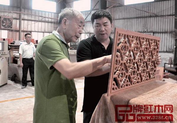 中国技术红木家具专家、《红木家具通用技术条件》标准主要起草人之一曹新民走访国寿红木的工厂并进行专业指点