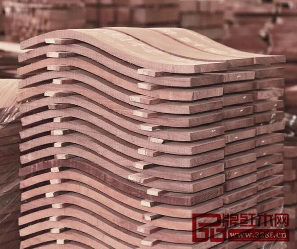 国寿红木加工好的木材即使是薄的弯料,也会使用隔板,通风干燥不易变形