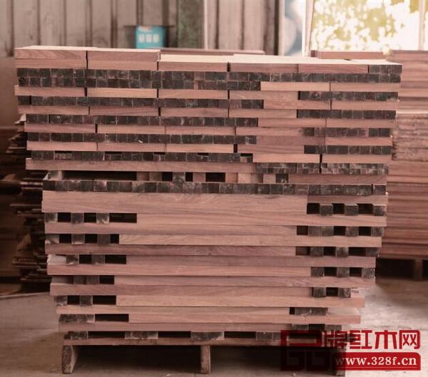 为了防止木料回潮,国寿红木木材堆放要求不沾地,从原头注重家具品质