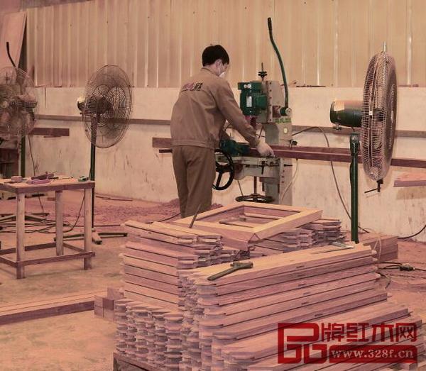 国寿红木木工车间机加、打孔、槽板每个工序都有独立的标准
