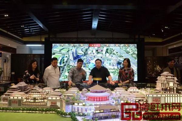 考察团一行听取了红博城工作人员对项目沙盘的介绍,了解红博城的基本概况和建设理念