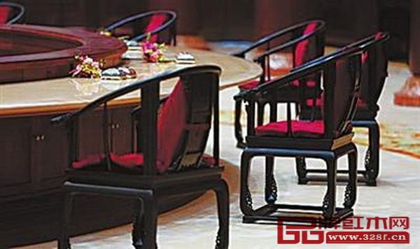 """北京雁栖湖国际会议中心集贤厅内由红酸枝打造的""""APEC椅"""""""