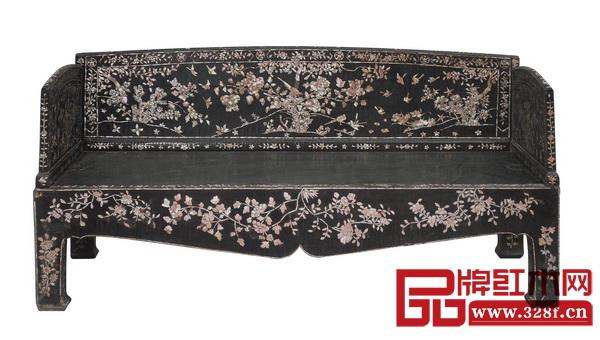 《明 黑漆嵌硬螺钿花鸟罗汉床》,为故宫博物院收藏,具有极高的艺术价值和历史价值