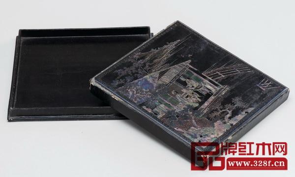 《清中期 黑漆嵌螺钿山水人物方盒》,为王世襄旧藏藏品。此盒久经历史辗转,细处的部分漆皮已剥落,但工艺之考究制作之精美不言而喻
