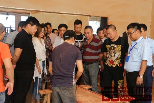 浙江省金义都市新区各级安检所一行人参观了纯本森活工厂,点赞其安全生产