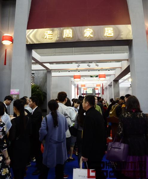 深圳国际家具展期间,参观老周家居展厅的经销商络绎不绝