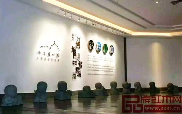 """中国(大涌)红博城""""千年走一回""""博物馆群落入口处的中国十二生肖石刻雕塑"""