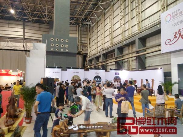 茶台红木节现场人流多,现场古筝和古琴曲演奏吸引眼球