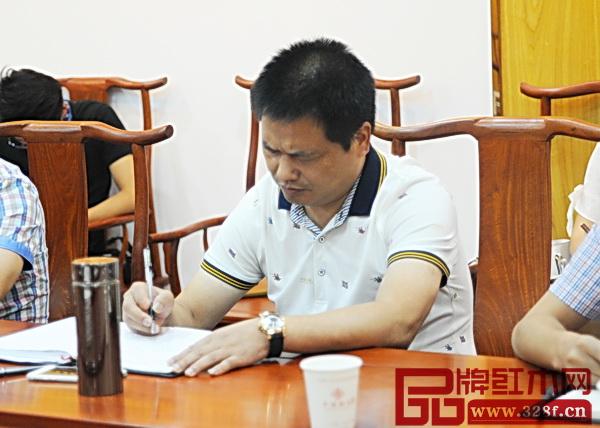 中信红木董事长李忠信在会上认真做笔记