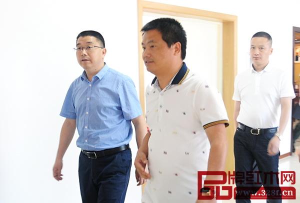 副市长胡宏立与中信红木董事长李忠信一同走出会场