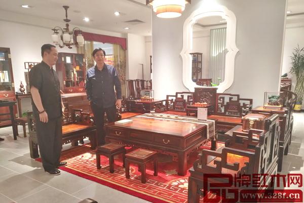 梁纳新高度肯定醉木苑家具的品质和工艺,并盛赞其产品特色鲜明、人文内涵丰富