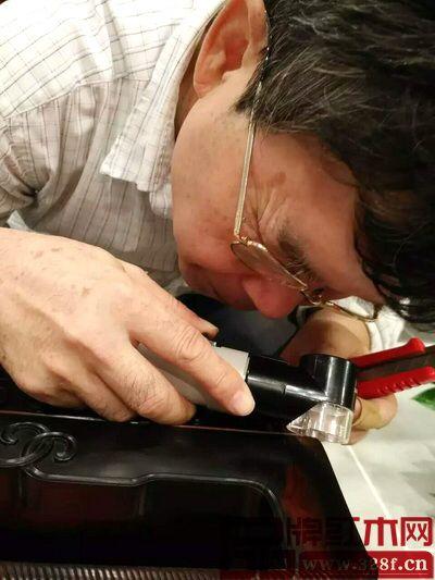 著名木材检验鉴定专家陈少仁用特定的检测设备检验醉木苑家具的各个边角,不放过任何一处死角