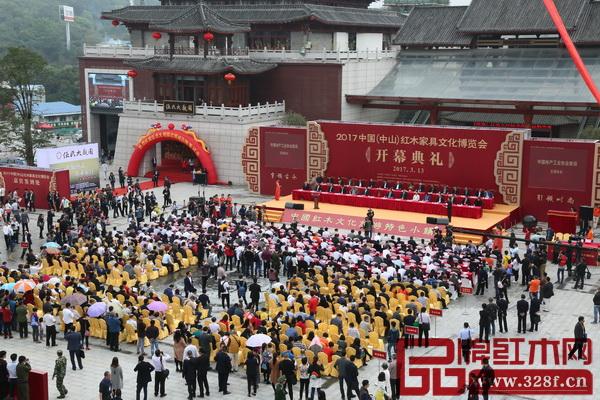 在红博城举行的2017中国(中山)红木家具文化博览会,8天迎来超50万人次参观