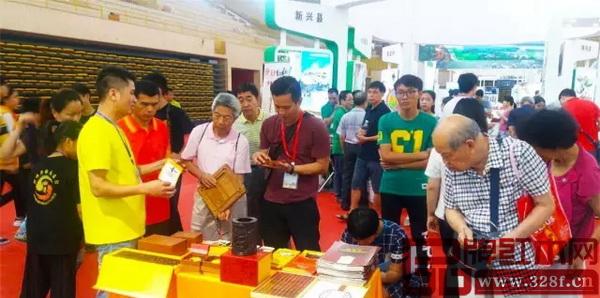 2017首届佛山·禅城旅游文化周暨高铁经济带旅游博览会上,江门新会古典家具城展点的特色红木礼品引起了不少市民的兴趣