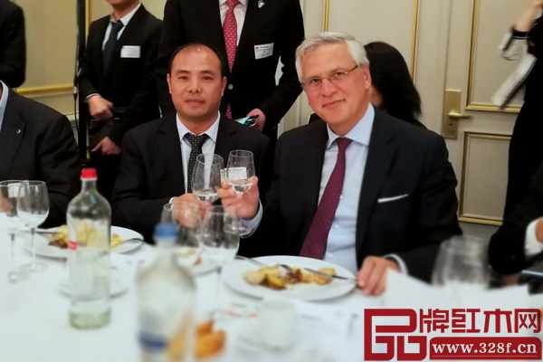 万盛宇红木董事长蒋桢全(左)与比利时副首相克里斯·佩特斯合影留念