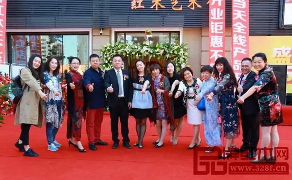 参加开业仪式的嘉宾共同为沈阳国寿红木艺术馆点赞