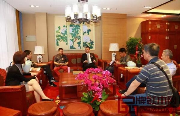 国寿红木副董事长陈淦凡与客户进行交流