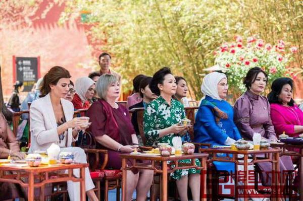 """大城县红木家具代表品牌提供的红木桌椅惊艳亮相""""一带一路""""国际合作高峰论坛的《丝韵春风》文化展演现场"""