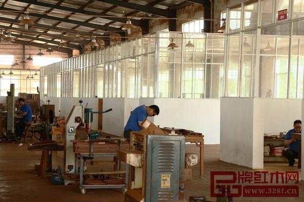 鲁班赌博app网址工厂车间最大的特色是整齐排列的十四个工匠室,而工匠们均从事红木家具行业25年以上