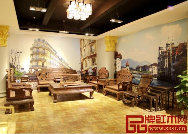 宏达一品居展厅内壁画与红木家具相得益彰