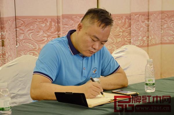 地天泰董事长许贵禄在本次培训会上认真做学习笔记