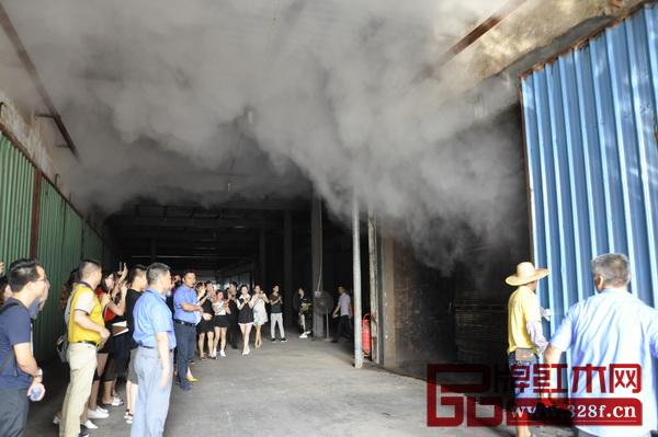 经销商们参观烘干房,经过烘干的木材出炉后之后引起了经销商们的一阵惊呼