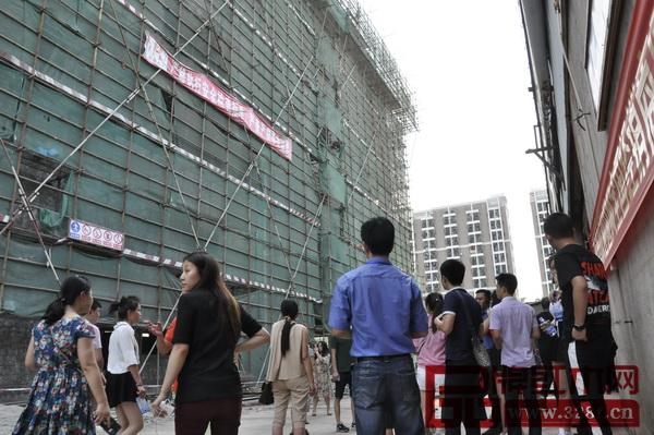 工作人员带领来自全国各地的经销商们参观即将建成的地天泰工厂总部大楼