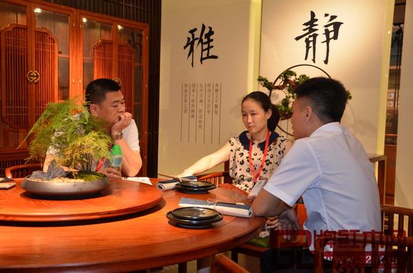 新中式红木家具发展进程中,经销商所起到的纽带作用至关重要,他们的看法和意见在某种程度上影响着企业的决策