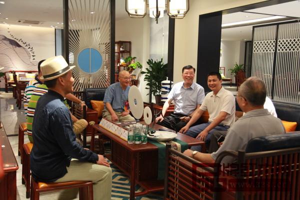 红古轩品牌创始人吴赤宇(右二)及其研发设计团队与业界知名专家交流新中式家具