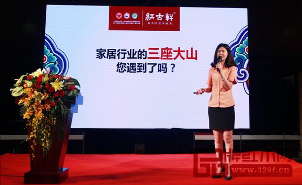 """红古轩营销总监在发布会现场为经销商们详细解读""""云龙""""品牌的加盟策略"""
