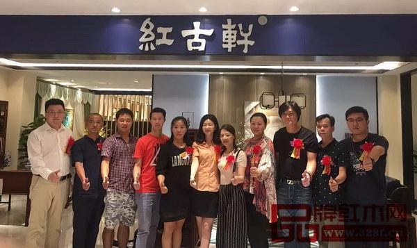 红古轩营销总监杨晶(左六)与来自全国的优秀经销商朋友们在红古轩云龙生活艺术馆合影