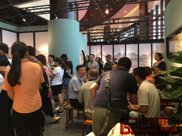 红古轩展厅里人山人海,众多经销商、消费者慕名而来