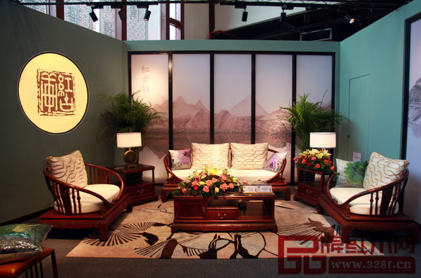 红古轩的小叶紫檀《咏荷沙发》是本次展会价值最高的家具作品,专家估值在千万以上