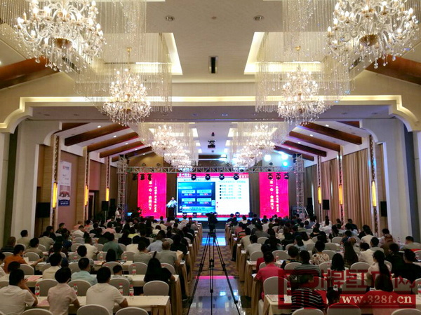 中信红木董事长李忠信在2017年经销商大会上作工作报告