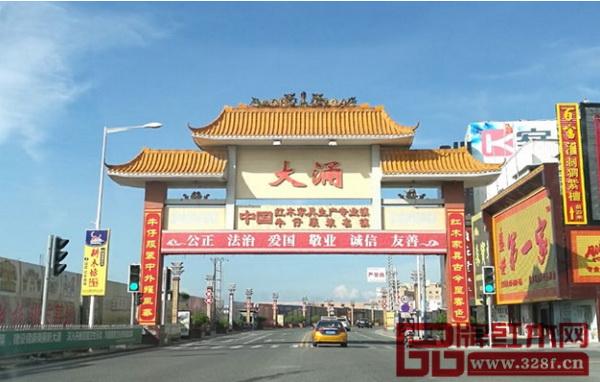 首届中国新中式红木家具大会举办地之所以选择大涌,是因为大涌既是全国重要的红木家具产业基地之一,也是新中式的发祥地(蓝天供图)