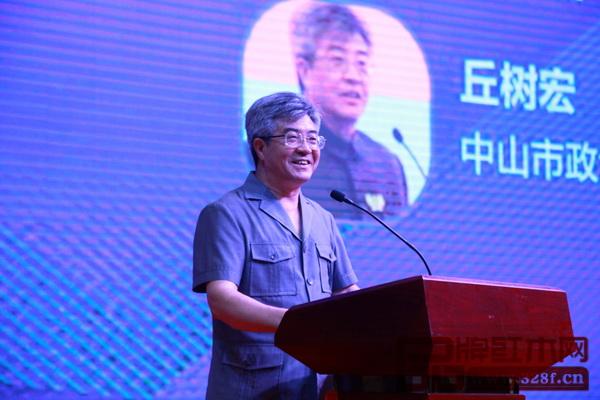 中山市政协主席丘树宏在大会上致辞时指 出,新中式家具的发展是中山红木家具产业 布局的重要一环