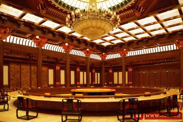 2014年北京APEC峰会现场,中国红木家具的代表之作皇宫圈椅的稳重与大方完美的向各国领导人展现了中国的大国气质与风范