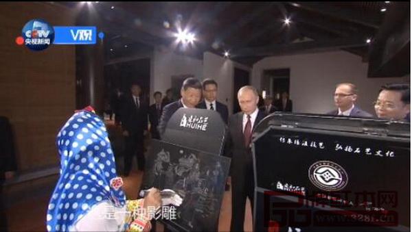 两国元首参观红木家具生产新工艺——影雕