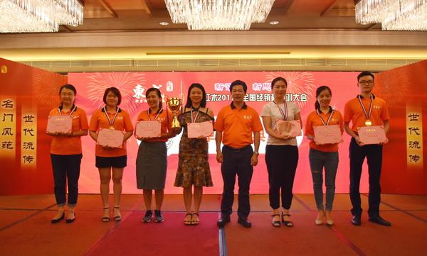 东成红木董事长张锡复(右四)为团队冠军颁奖